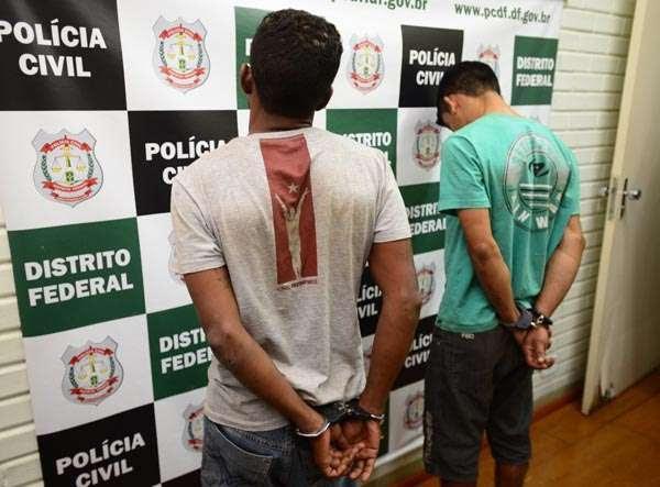 Suspeitos são apresentado na 10ª Delegacia de Polícia (Ed Alves/CB/D.A Press)