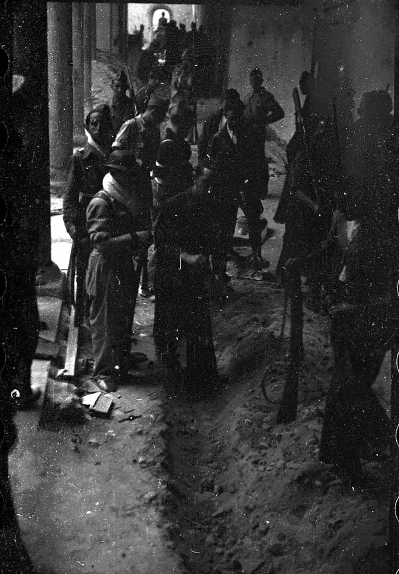 Preparación de las mangas de gasolina para prender fuego en el Museo de Santa Cruz. Fondo del Estudio Fotográfico Alfonso. Archivo General de la Administración. Ministerio de Cultura