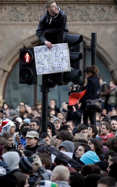 """""""Não me condenem a uma vida de dívidas"""", lê-se no cartaz do estudante britânico, na manifestação em Londres, dia 14 de Novembro. Foto Jonathan Brady/EPA/LUSA"""