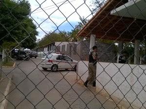 De acordo com a PM, mulher transportava cerca de 50 gramas de maconha (Foto: Valdivan Veloso/G1)
