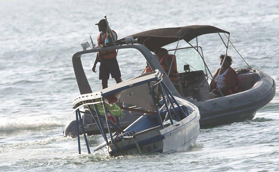 Barco Mira I é rebocado por da  marinha após acidente