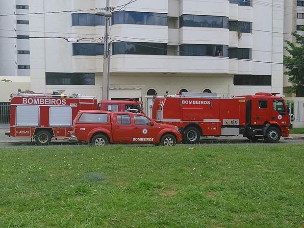 Corpo de Bombeiros foi ao local para acabar com as chamas. (Foto: Marcelo Torres/ Blog do Marcelo)