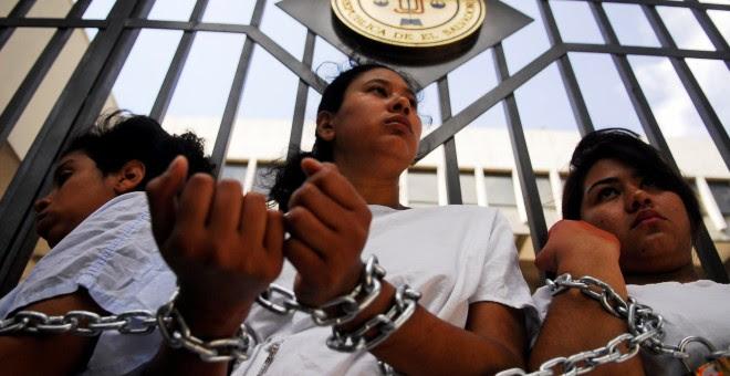 Fotografía de la manifestación en favor de legalizar el aborto en el Salvador. / Reuters