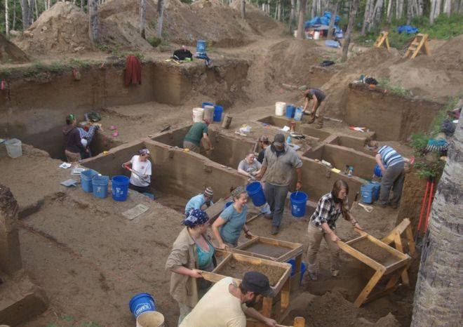 Excavación en el sitio arqueológico de Upward Sun River, Alaska.