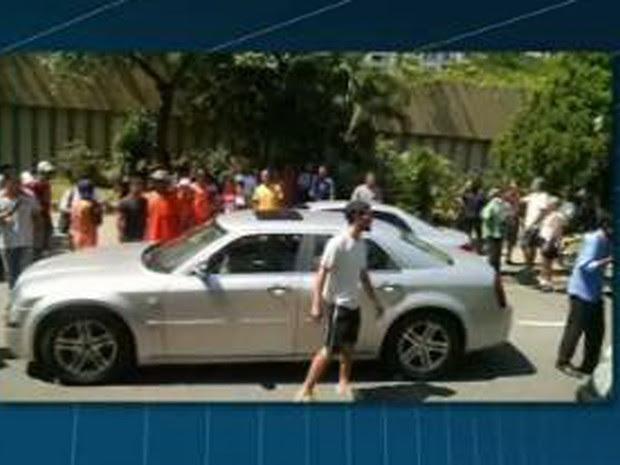 Imagem mostra local do crime logo após os tiros, na Barra da Tijuca (Foto: Reprodução/ TV Globo)