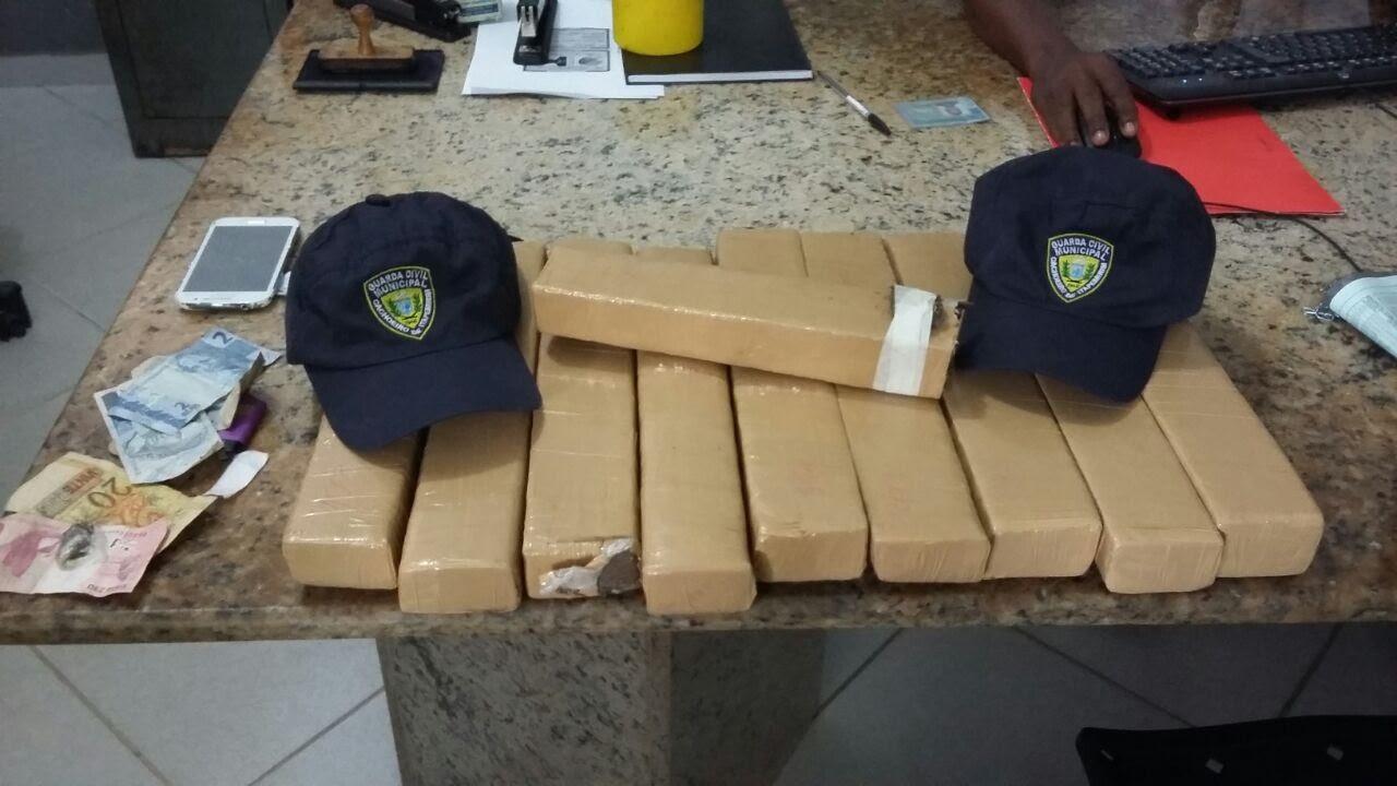 Os suspeitos transportavam oito quilos de maconha, em duas mochilas, e seguiam para Vitória, quando foram presos