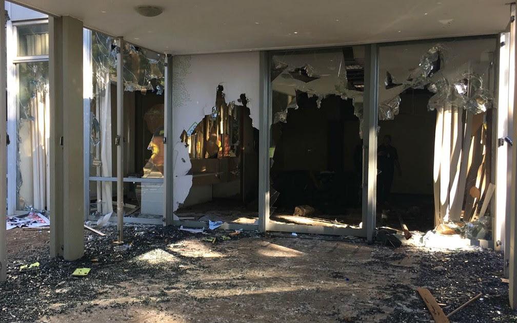 Entrada de ministros e secretários do Ministério da Cultura e Meio Ambiente foi destruída durante manifestação contra governo Temer (Foto: Luiza Garonce/G1)