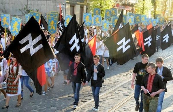 Manifestazione dei neonazisti ucraini di Pravij Sector (da https://1.bp.blogspot.com/-7UED_gpqbP8/V3z74G82rBI/AAAAAAAAAlE/dNzI7uVER007Zqb4L10i8ymGPP410gHzwCLcB/s640/PravijSektor2.jpg)