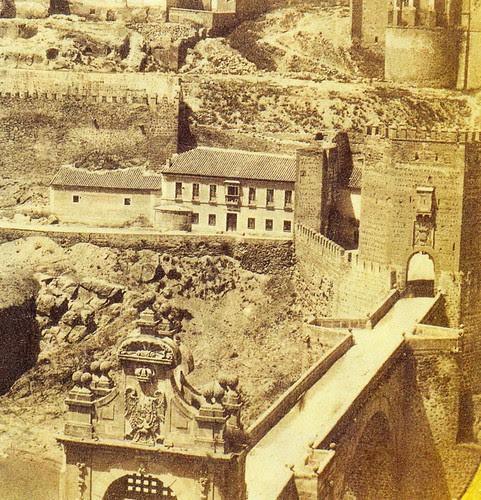 Puerta de San Ildefonso (demolida en 1870) aún en pie en la Plaza de Armas del Puente de Alcántara de Toledo hacia 1860.