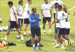 El entrenador del Real Madrid, Carlo Ancelotti (c), durante un entrenamiento de su equipo. EFE/Archivo