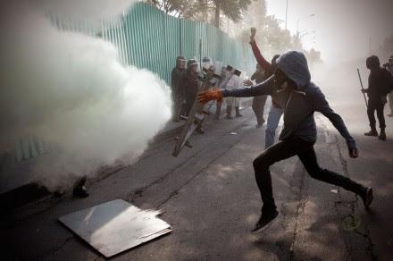 Anarquistas y policías se enfrentan a 45 años de la matanza de Tlatelolco. Foto: Xinhua / Alejandro Ayala