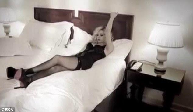 Segure-se: A cantora fixar em um par de lentidão e alguns lingerie preta