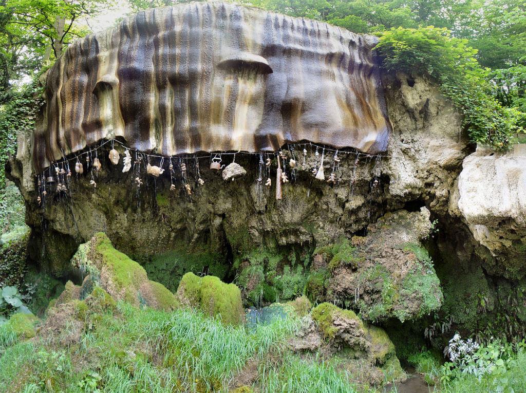 O poço petrificante de Knaresborough que transforma objetos em pedra