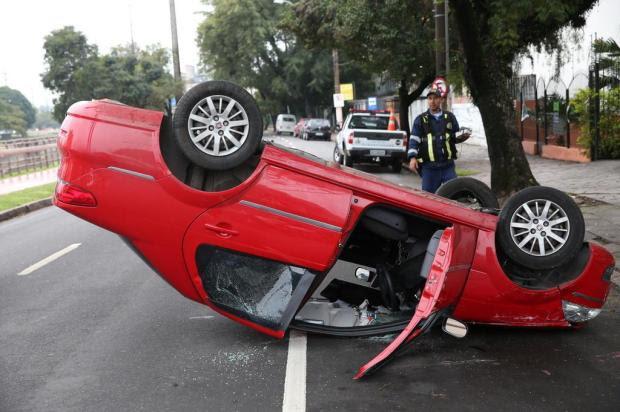 Carro bate contra árvore e capota em Porto Alegre Bruno Alencastro/Agencia RBS