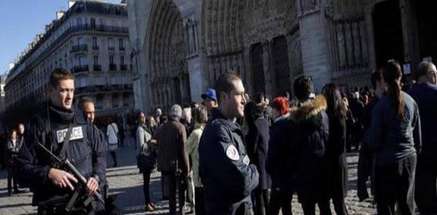 Πυροβολισμοί στην Παναγία των Παρισίων! Εγκλωβισμένοι οι επισκέπτες μέσα στον ναό