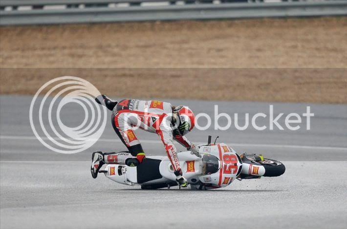 http://i1015.photobucket.com/albums/af276/motogepeng/rider/Marco%20Simoncelli/Jerez%20Crash%202011/Simoncelli06.jpg