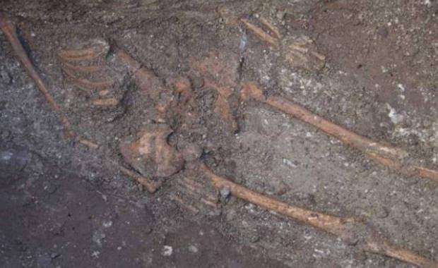 Esqueleto gigante desenterrado en Bulgaria, 2015.