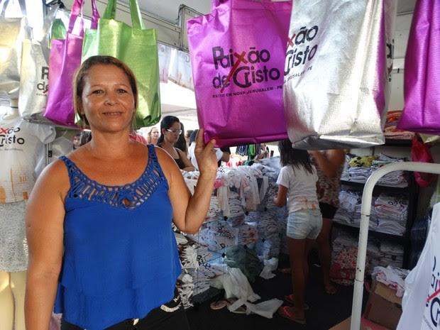 Irene vende artigos com a marca da Paixão de Cristo e reclama das vendas (Foto: Kamylla Lima/G1)
