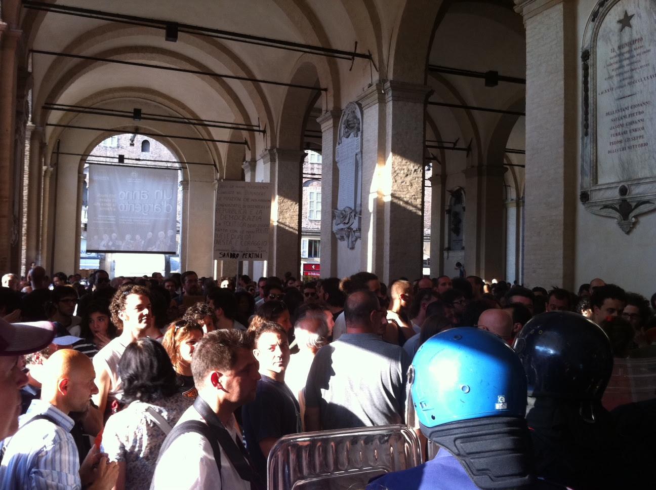 """Proteste, """"sfondata"""" porta del Comune Cariche della polizia, poi la fuga del sindaco"""