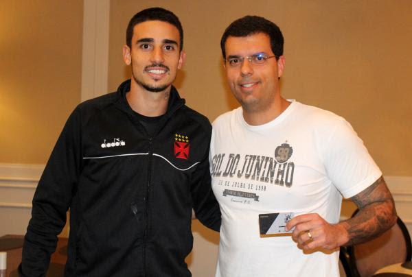 Thiago Galhardo participou da entrega de carteirinhas