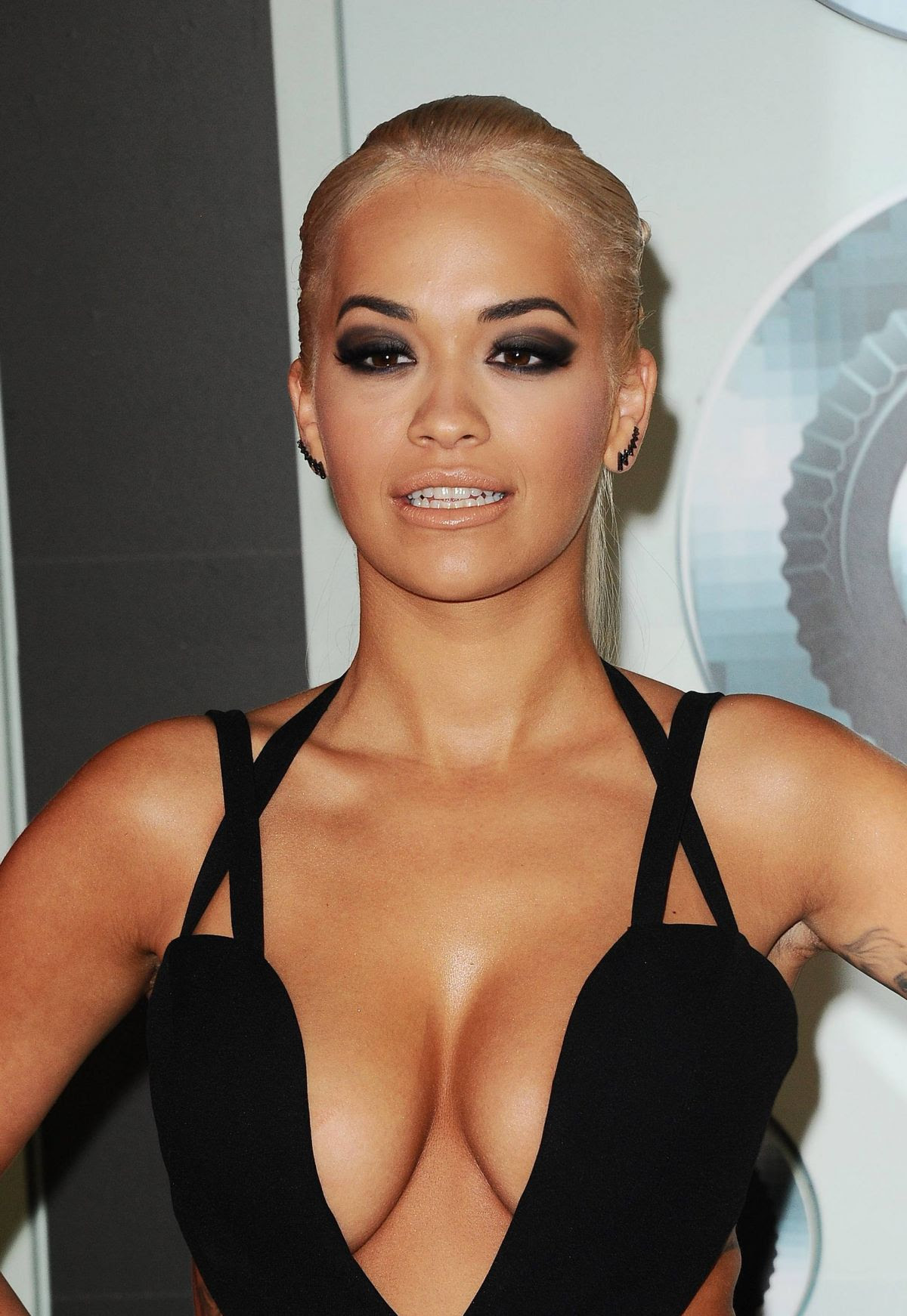 http://www.celebzz.com/wp-content/uploads/2015/08/rita-ora-at-2015-mtv-video-music-awards-_19.jpg
