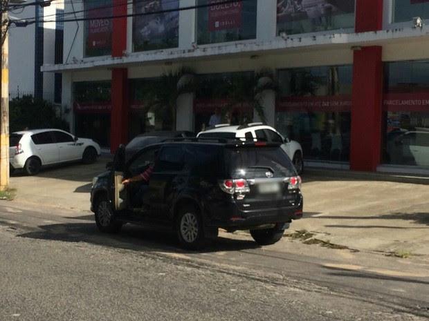 Veículo foi abandonado pelos bandidos após perseguição. (Foto: Heloísa Guimarões)