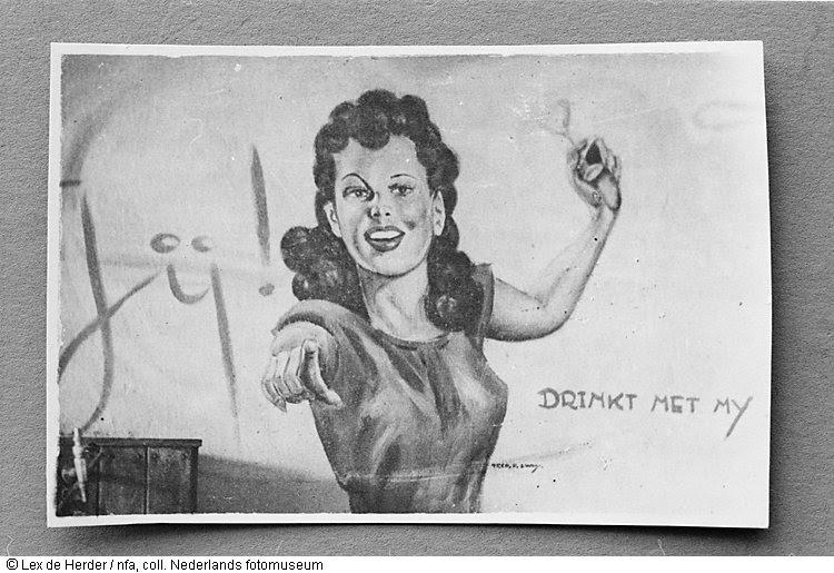 Muurschildering van dame op kantine, vermoedelijke de Marijkeclub in Malang, Indonesië (1950)