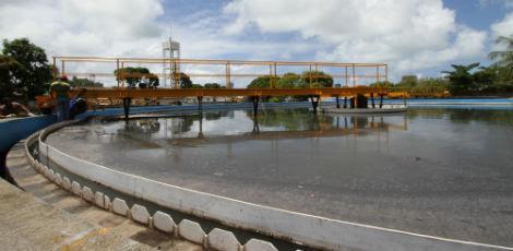 Na foto, a Estação de Tratamento de Esgoto no bairro do Cabanga / Foto: Guga Matos/JC Imagem