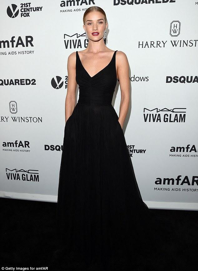 Ela é uma senhora: modelo Rosie Huntington-Whiteley parecia régio em seu vestido de baile preto, mas misturado com o tapete