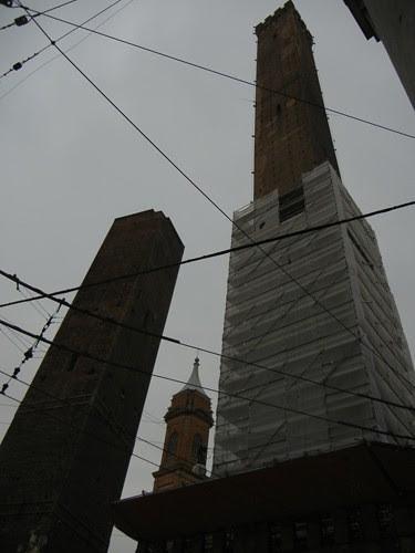 DSCN4539 _ Le due torri (Torre Garisenda, left and Torre degli Asinelli, right) Bologna, 18 October