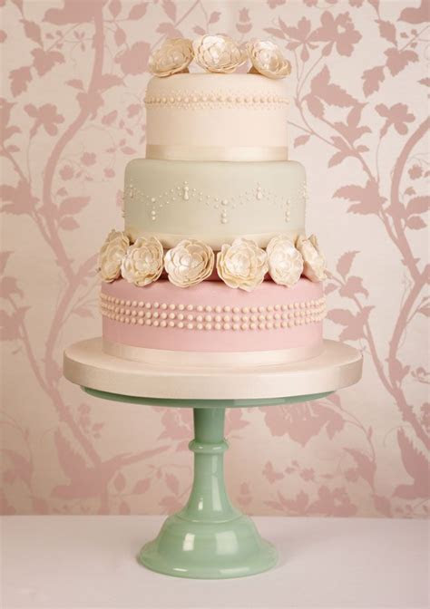 15 of the prettiest wedding cakes with flowers