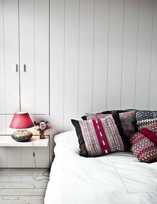 Pequeño dormitorio blanco con toques rojos