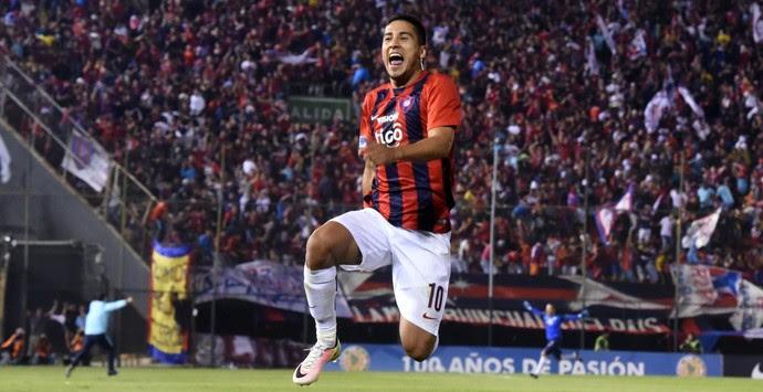 Cecilio Domínguez, Cerro Porteño x Santa Fe (Foto: NORBERTO DUARTE / AFP)
