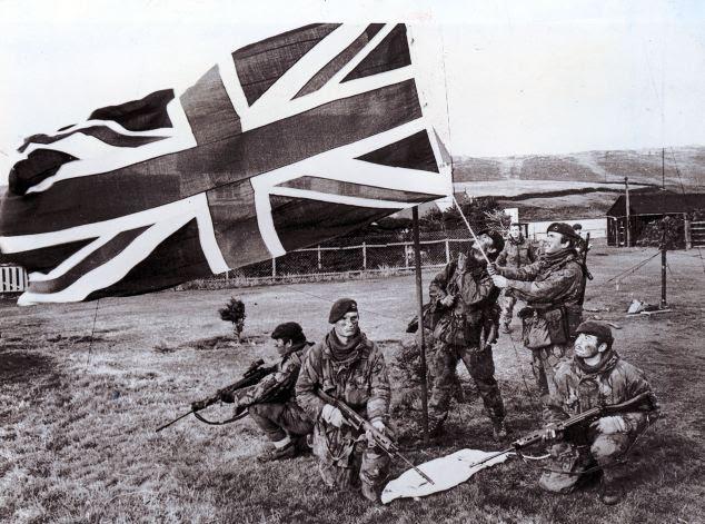 Royal Marines em San Carlos elevar o Jack da União durante a Guerra das Malvinas