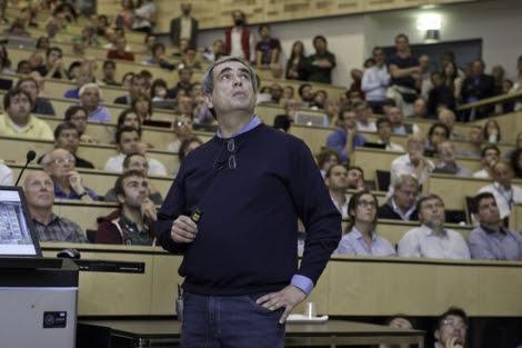 El investigador Dario Autiero durante la presentación de los resultados en Ginebra. | CERN.