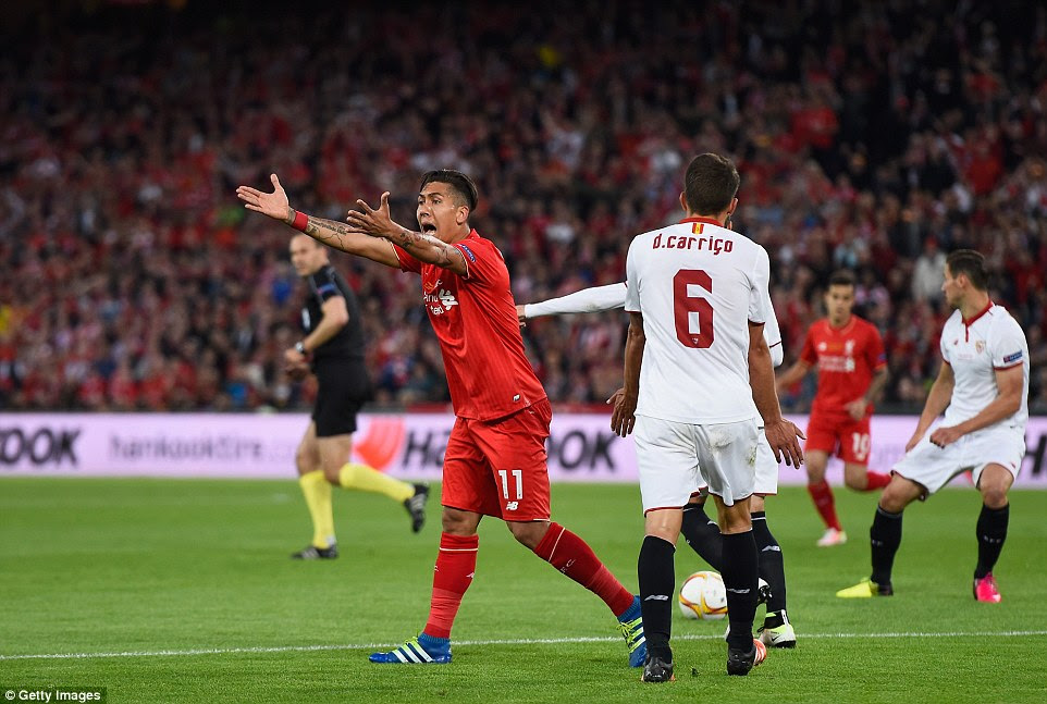 The Brazilian appeals for a penalty after what appeared to be a certain handball by the Sevilla defender