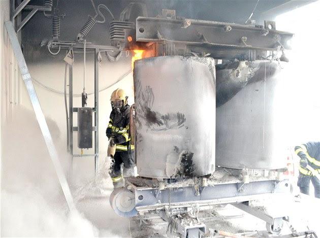 Při likvidaci požáru trafostanice v karlovarských Bohaticích spotřebovali
