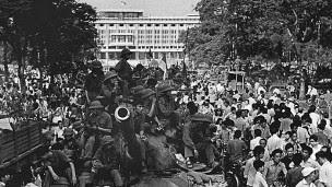 Quân đội miền Bắc trước Dinh Độc lập trong ngày 30/4/1975