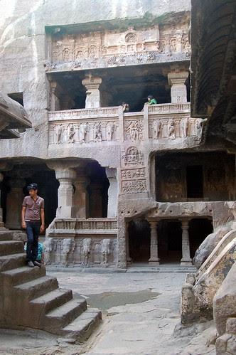 Blick auf die dreigeschossigen Schreine des Jaintempels von Ellora
