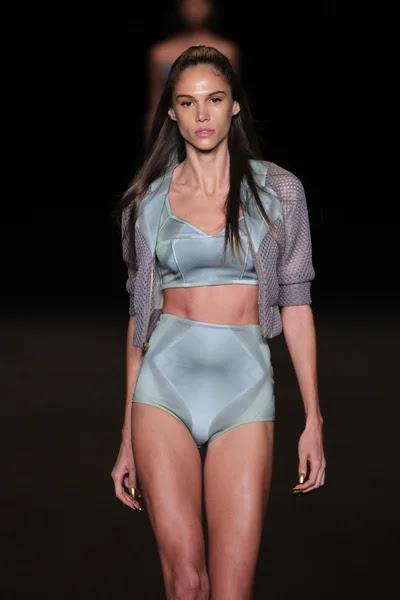 Modelo camina la pasarela de la moda meskita — Foto de Stock #52742799