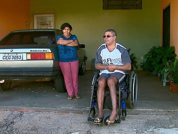 Adaelson Pereira Santos disse que não pôde ir à fisioterapia porque ônibus não passou (Foto: Paulo Chiari/EPTV)