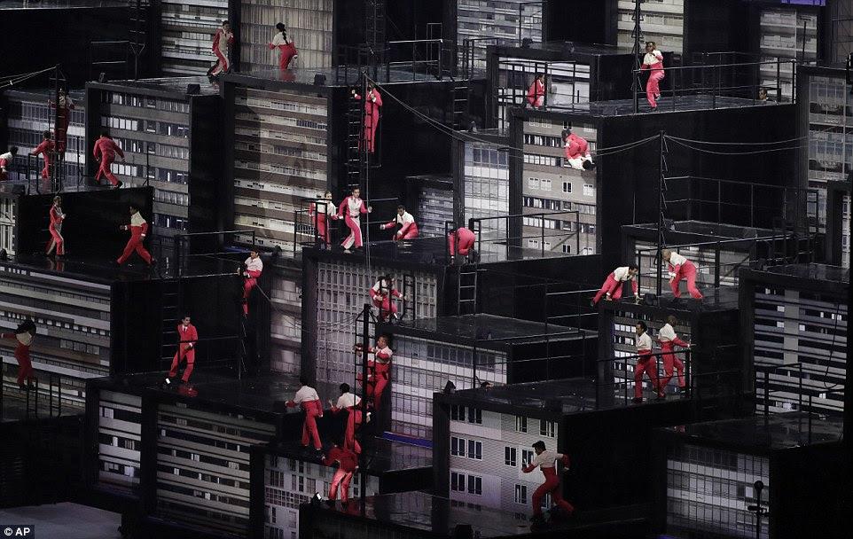 Um conjunto elaborado revela as áreas densamente povoadas em torno Brasil como dançarinos subia e descia escadas