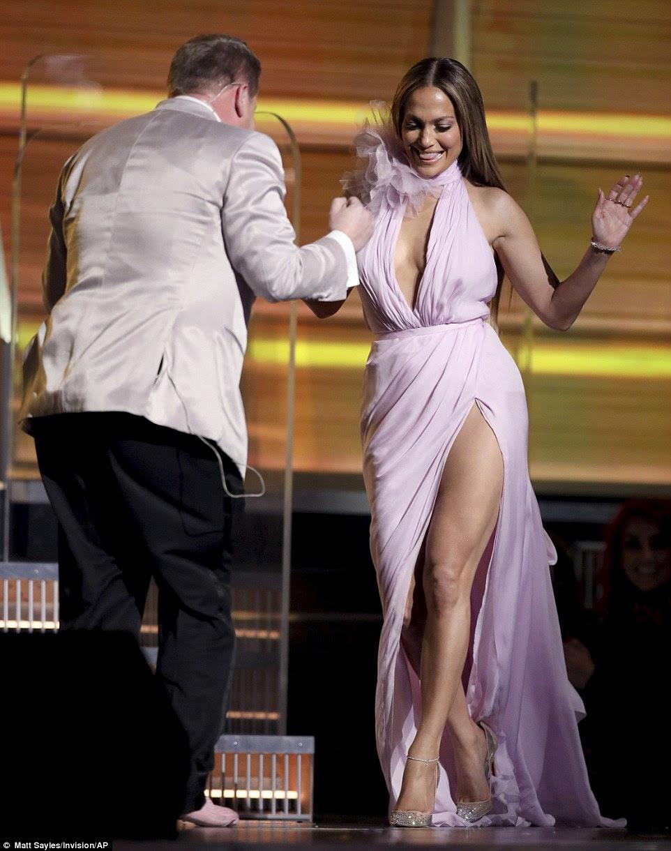 Lovely lady: Jennifer Lopez foi a primeira apresentadora da noite