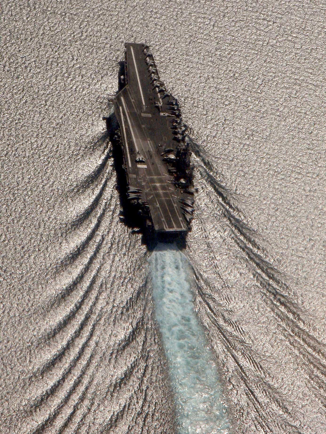 Portaavions deixant una gran estela al mar