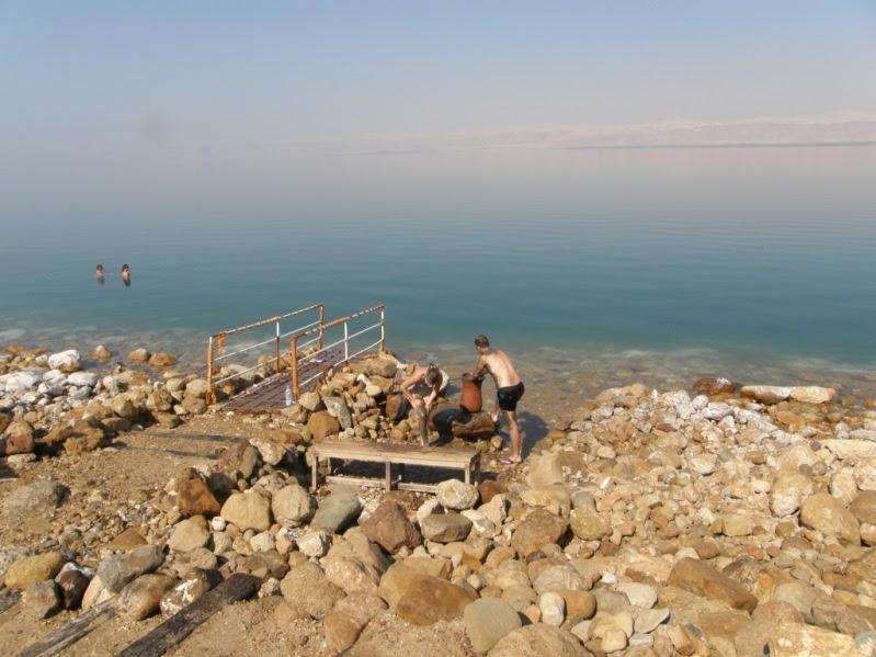Натирание грязями в Мертвом море. Израиль. Фото