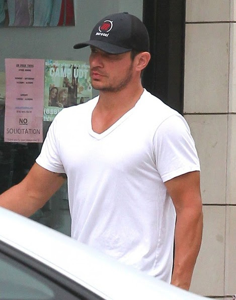 Nick Lachey - Nick Lachey Gets Lunch To-Go In Encino