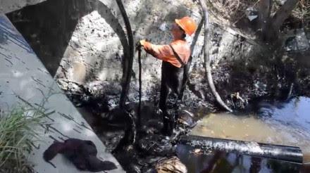 La limpieza del derrame de crudo en el municipio de Cadereyta Jiménez. Foto: Emilio Vázquez