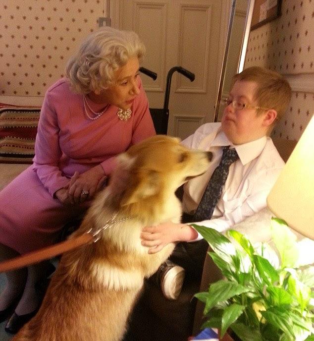 Helen Mirren ha invitato Oliver e mamma Caterina backstage dove lei lo presentò ai suoi corgis