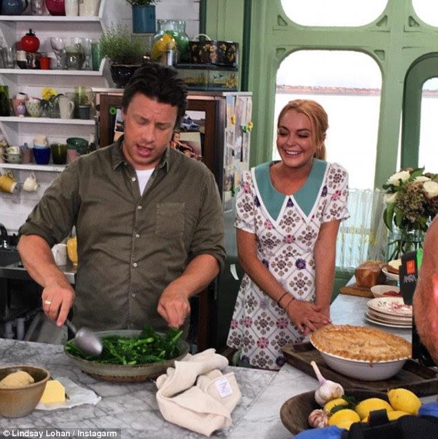 Em breve: Lindsay está definido para aparecer como um convidado especial em um próximo episódio de culinária show de Jamie E Jimmy¿s Friday Night Festa ao lado de Jamie
