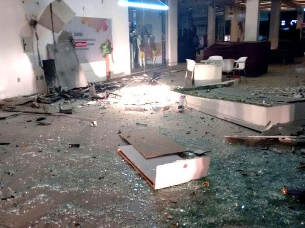 Explosão dentro do shopping Cidade Jardim destruiu completamente o caixa do Bradesco e danificou lojas (Foto: Marksuel Figueredo/Inter TV Cabugi)